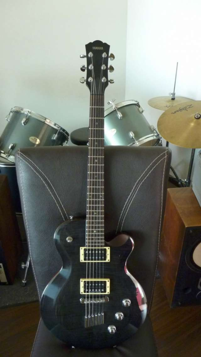 Guitarra yamaha aes620 con accesorios (paquete)