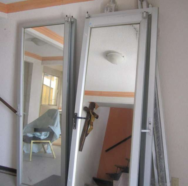 Ofrezco puerta de aluminio (4) con espejo