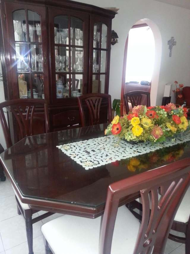 Comedor con seis sillas y vitrina de caoba