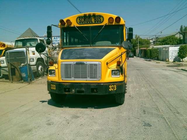 2005 camion de 4 cilindros para trasladar personal