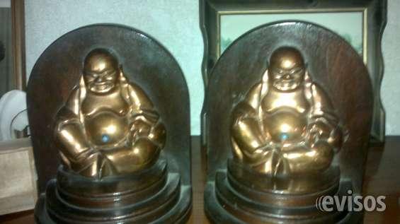 Dos budas de bronce sobre bases de madera