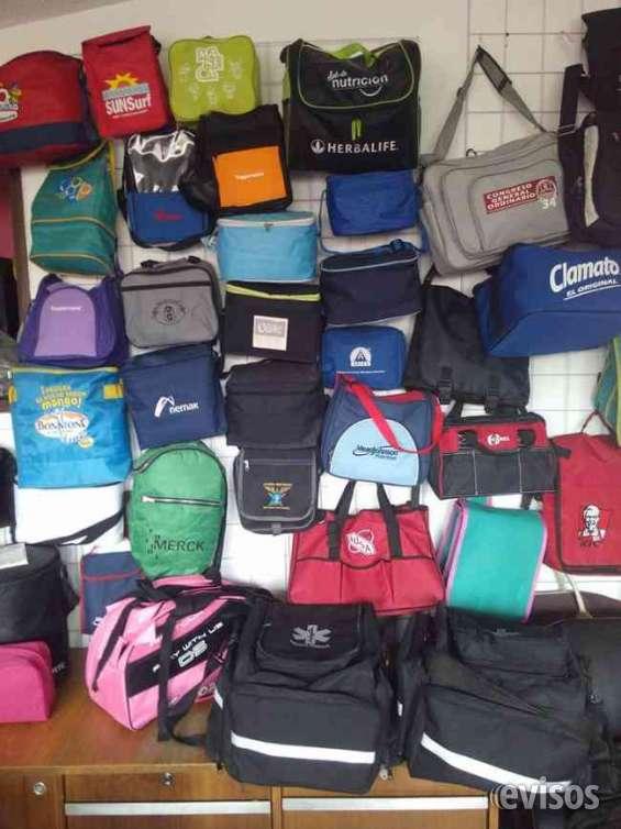 Vendedor de mochilas y maletas con clientes