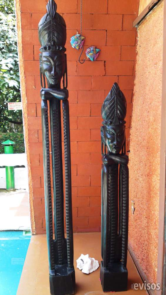 Escultura de madera de primitivo indonés porta cds y dvds