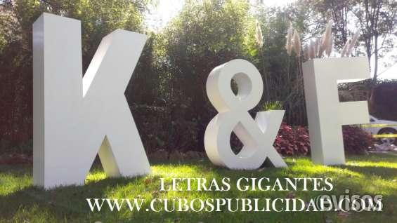 Letras gigantes en jardines