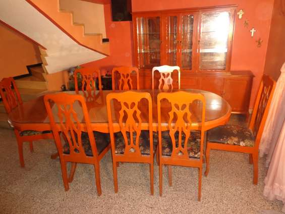 Comedor de 8 sillas con trinchador ycubierta de cristal