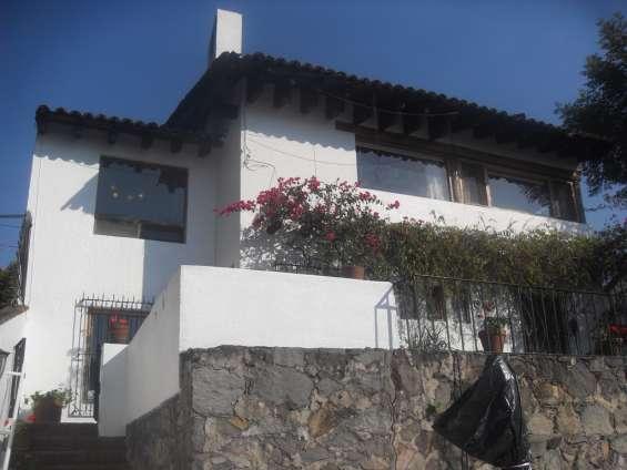Casa cerca del centro de valle de bravo con vista al lago, alberca y jardín