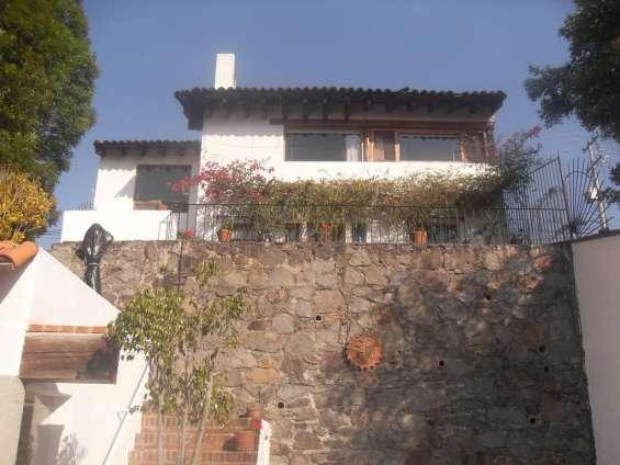 Casa cerca del centro de valle con vista al lago y peña, alberca y jardín