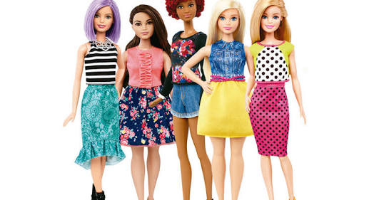 Arma juguetes y muñecas barbie en la comodidad de su hogar
